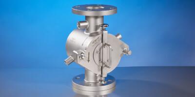 Vyhřívaný dvoupláš´tový magnetický filtr na tekuté produkty dopravované pod tlakem